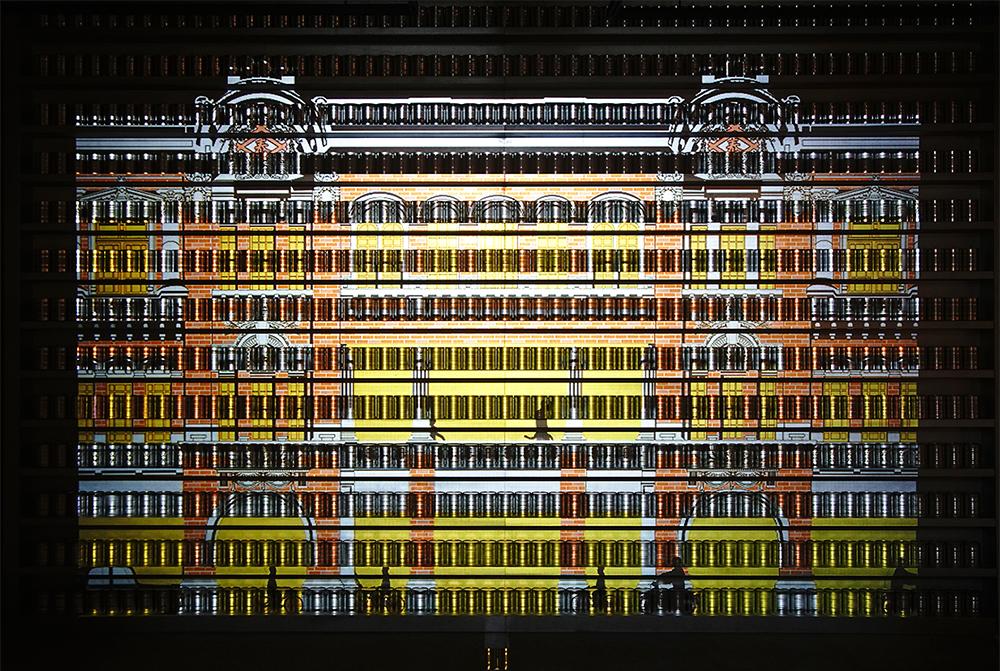 以罐頭排列設計的光雕牆,眩目展出大樹鳳梨歷史。