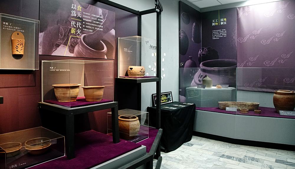 大樹圖書館展出林昭地老師常民陶藝作品。