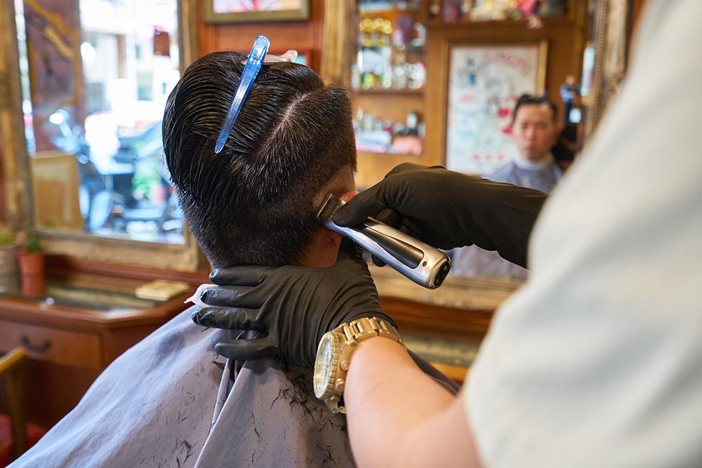 理髮過程要留意每一處細節,雕出完美頭型。