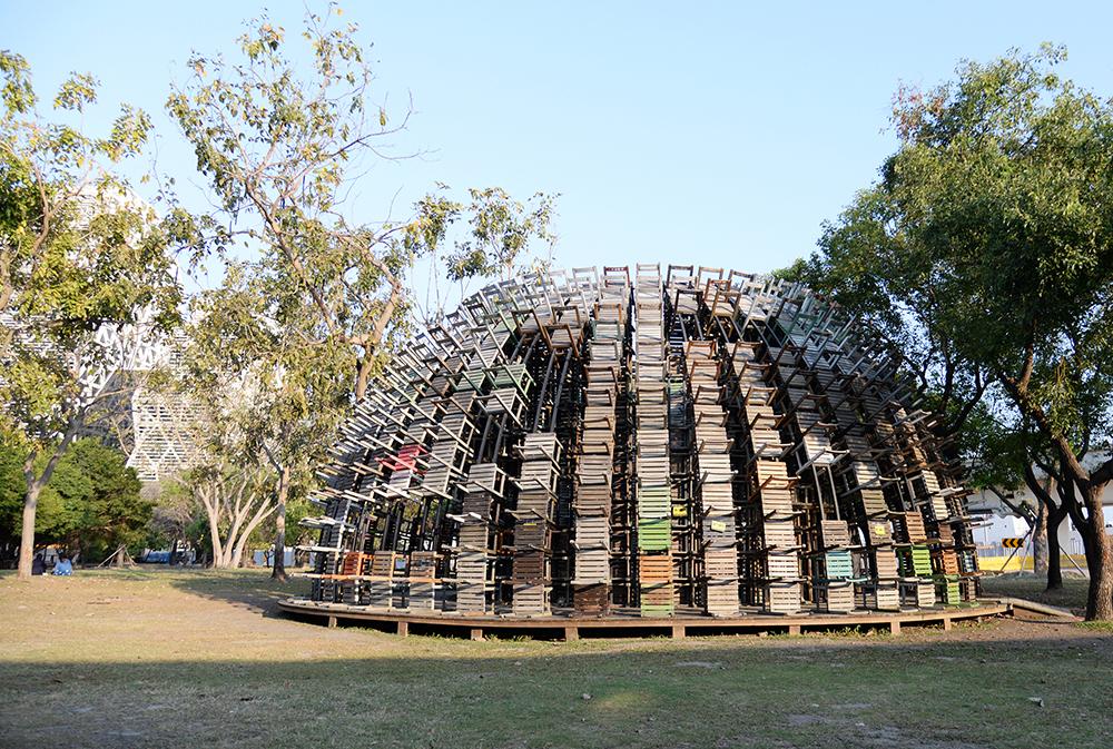 駁二藝術特區大義公園內有一座椅子樂譜