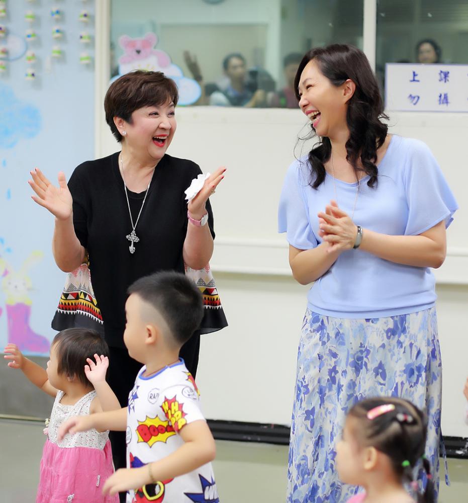 甄珍與高雄市長夫人李佳芬和孩子們同樂。