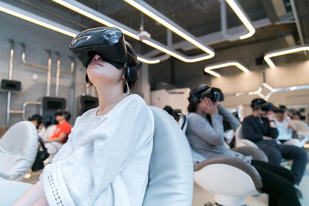 戴上你的裝備,進入VR的世界。