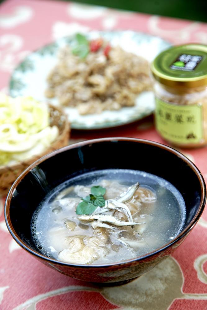 高麗菜乾煮湯,微酸帶脆的滋味很開胃。(攝影/曾信耀)