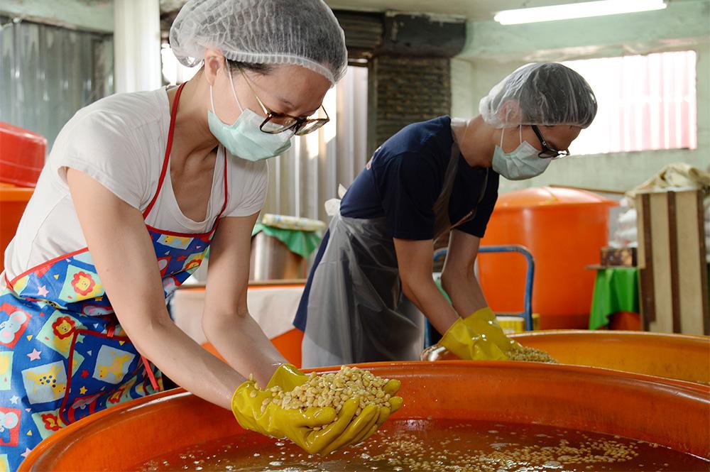 第三代回家接班,帶入年輕人新思維,將手工醬油的好處發揚光大。