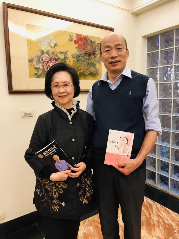 韓國瑜拜訪瓊瑤,互贈新書。