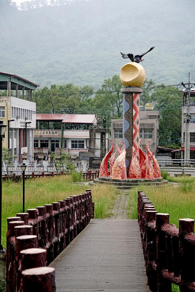 南沙魯文化公園入口意象,期待紅嘴黑鵯帶來希望。