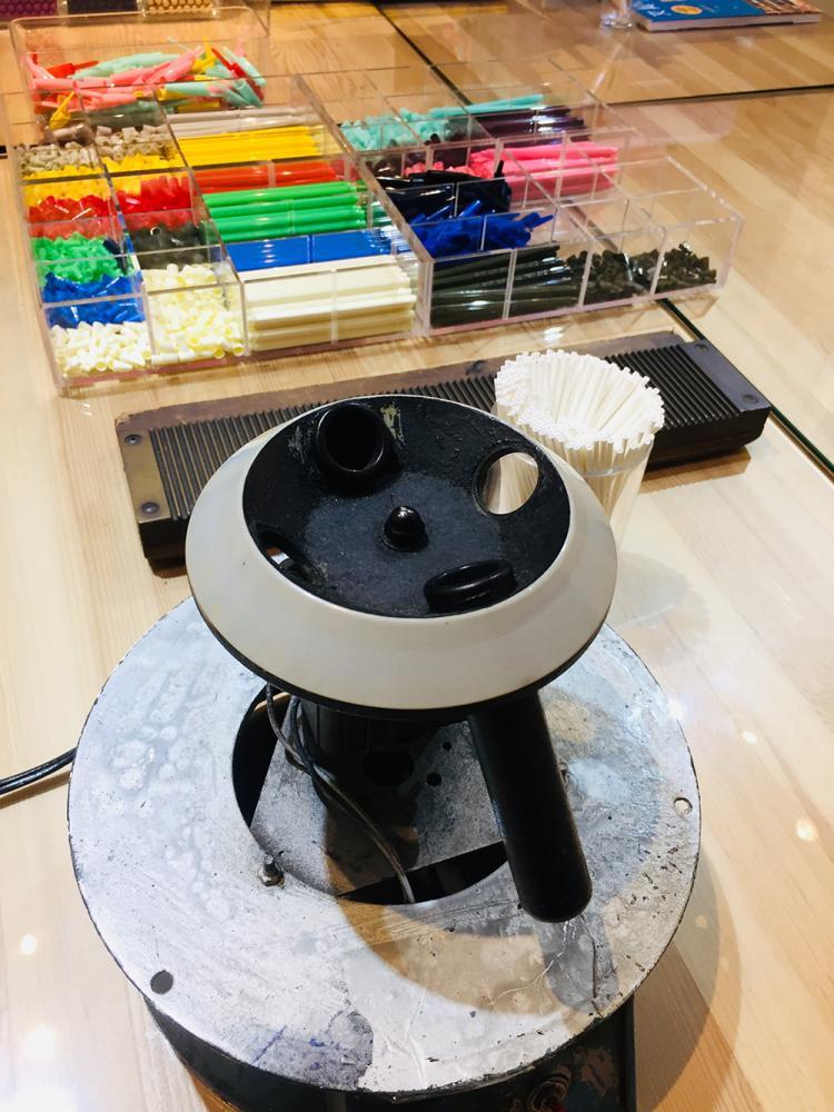 選擇想要的顏色,先灌芯,裝到筆頭,離芯後,再裝到筆桿,體驗DIY做一枝筆。