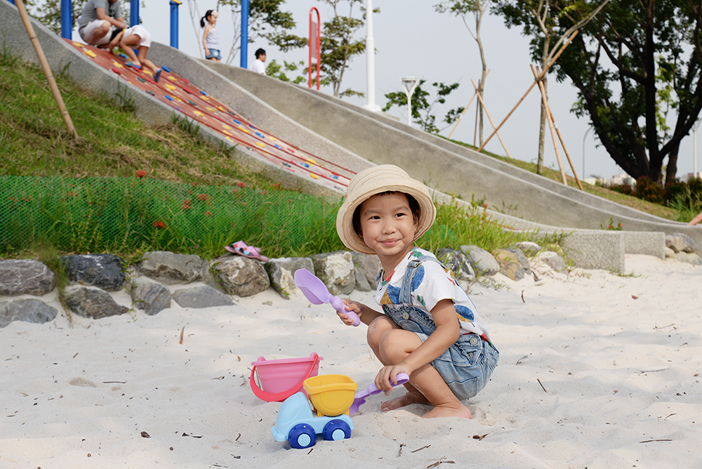 讓孩子自己玩沙,發揮創意、增加觸覺感受。