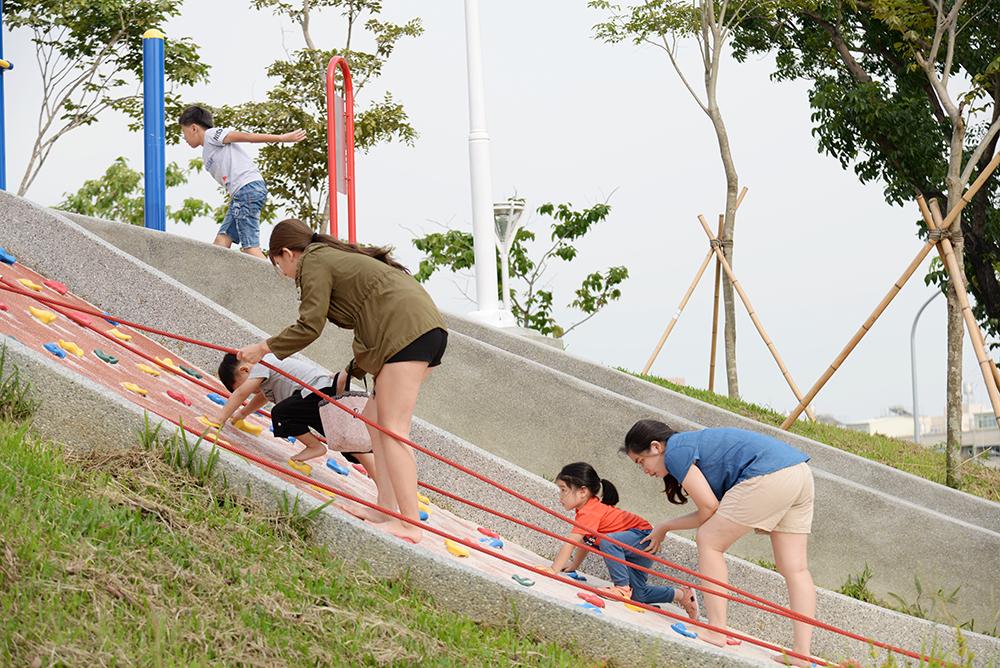 攀岩場激起孩子們挑戰體驗的精神。