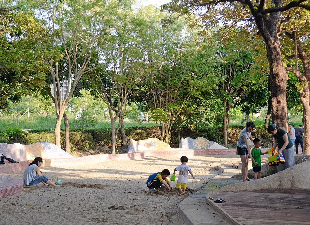 兒童美術館大門口的沙坑是孩子們的玩樂天堂。