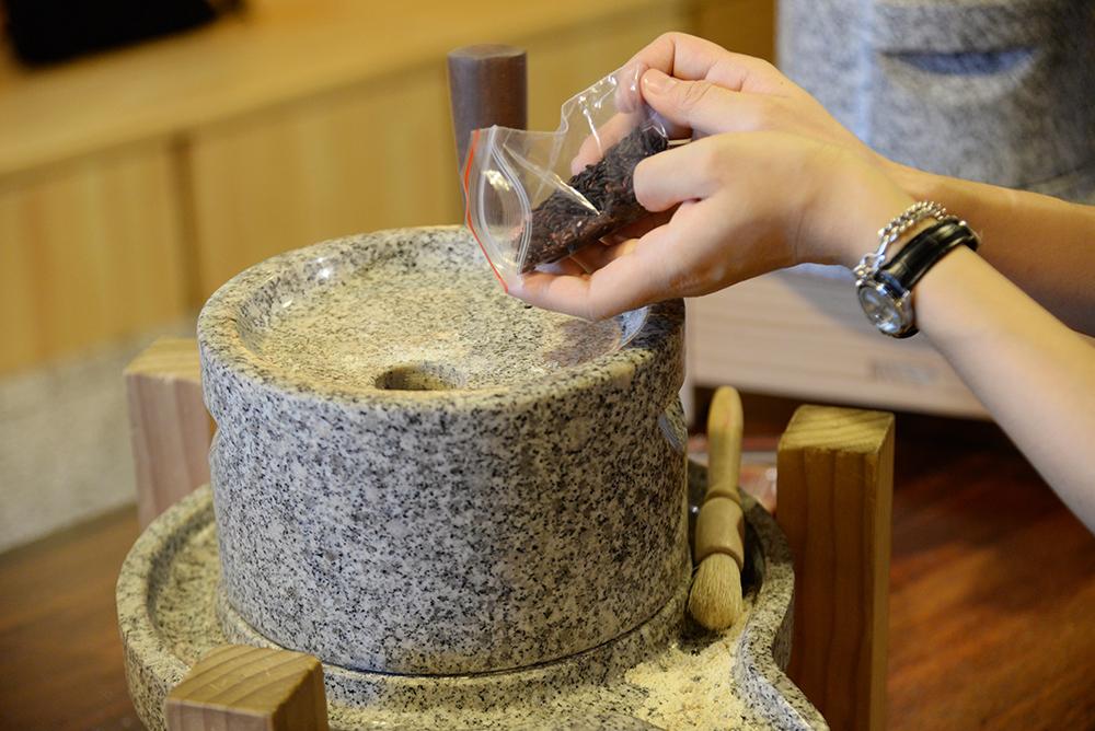 穀樂坊DIY專屬自己的穀物隨身包。