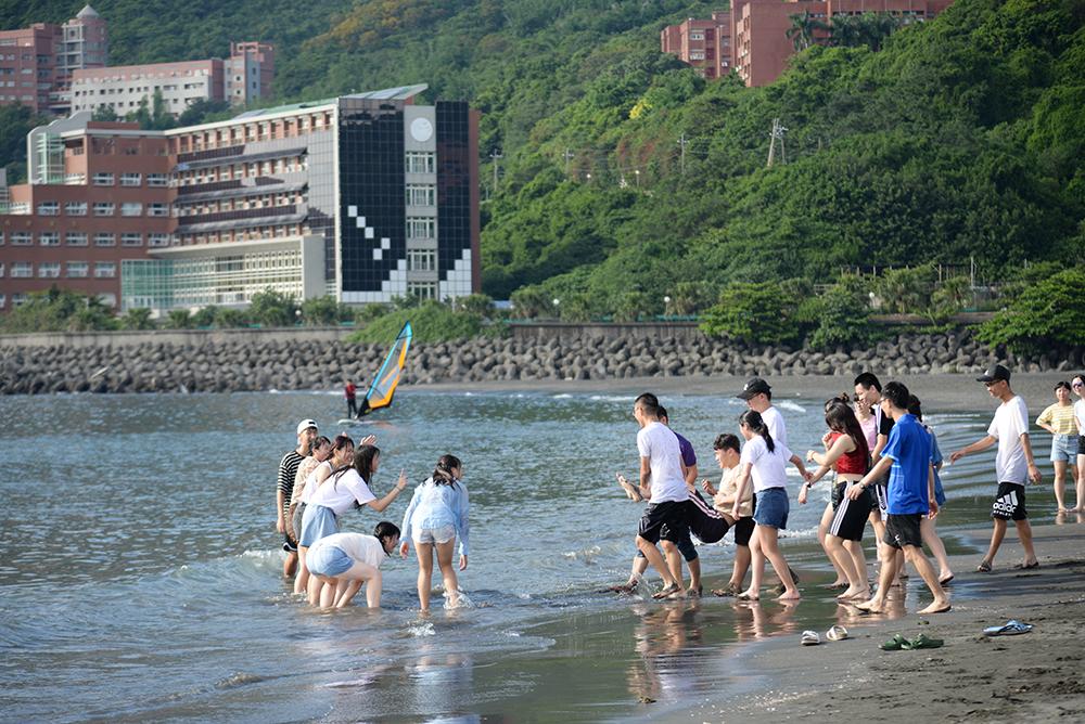 玩水是遊客夏天來高雄的主要活動之一。