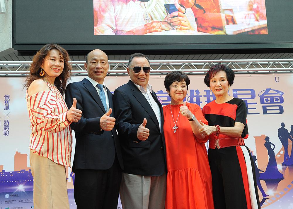 韓市長與三位亞洲影展影后—甄珍、胡錦、周丹薇及亞洲影展影帝江彬同框合影。