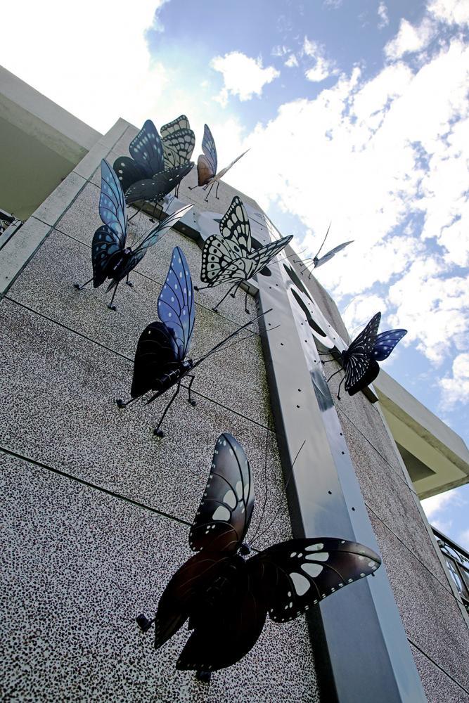 魯凱族工藝家烏巴克以紫斑蝶家族為創作,牆上12隻蝴蝶,代表12個門徒。