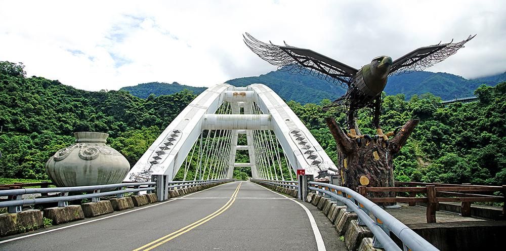 多納大橋橋頭以展翅的雄鷹與巨大的陶壺,展現部落文化特色。