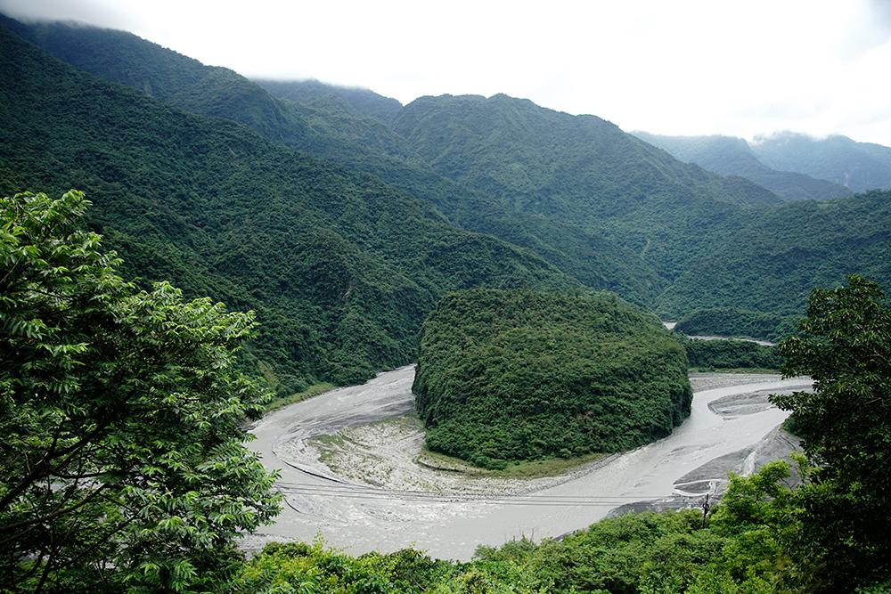 形似百步蛇蛇頭的蛇頭山盤據在此,守護部落。