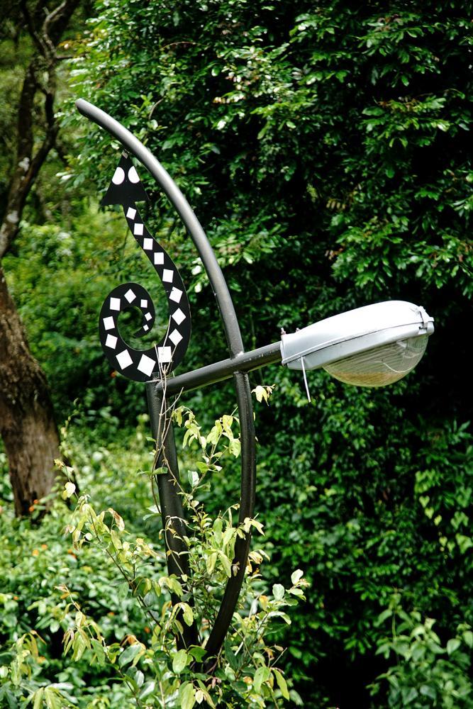 百步蛇造型點綴的公路路燈。