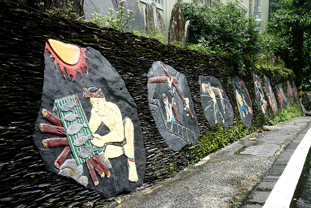 釀酒的陶甕彩繪、圍籬的石板雕刻,展現魯凱族人的藝術天賦。