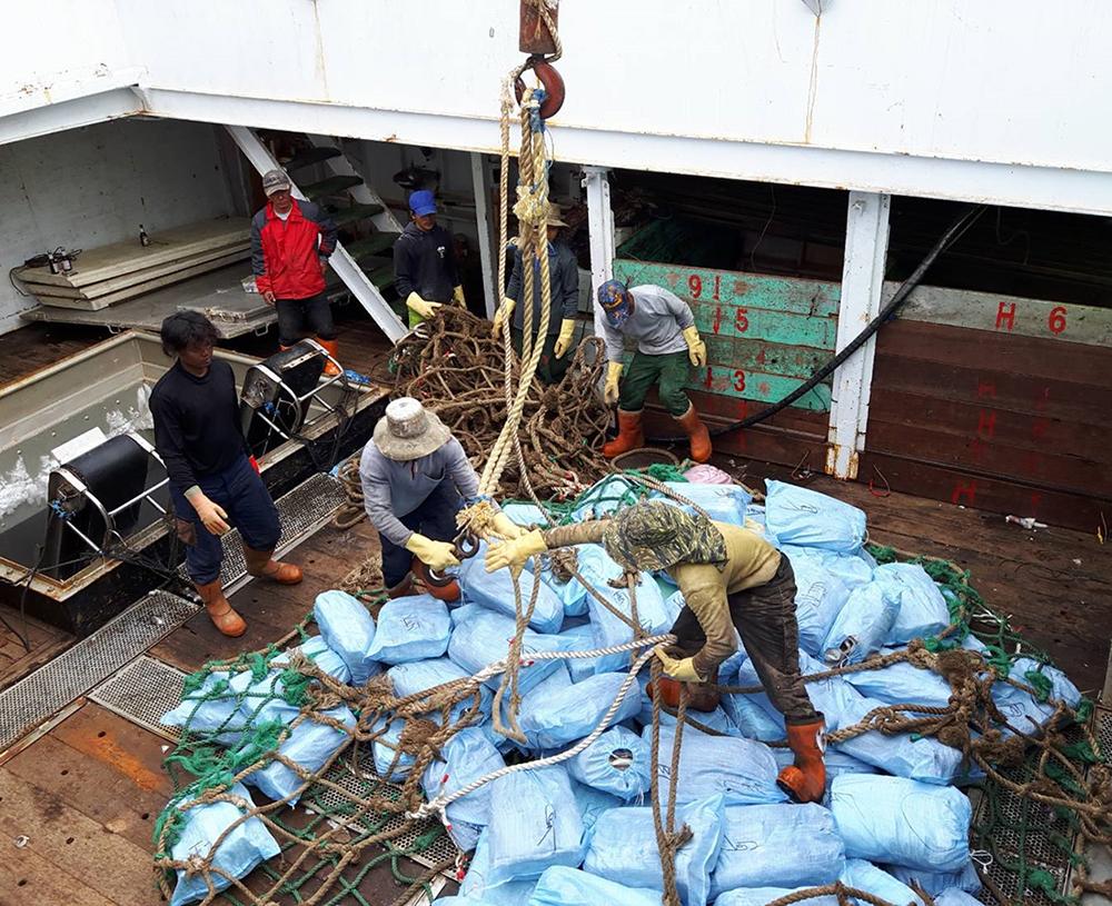 每年六月中旬之後,魷釣漁船陸續返港,在前鎮漁港大批卸貨。